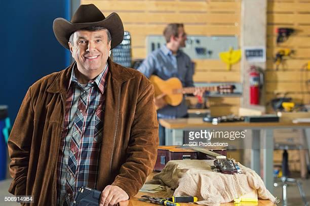 Mature Homme d'affaires de la musique du sud des États-Unis dans l'atelier de réparation