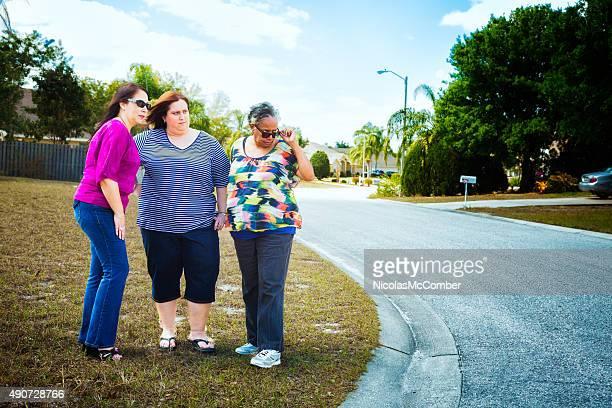 Ältere suburban American Frauen vor und nicht sehr erfreut darüber Nachbarn