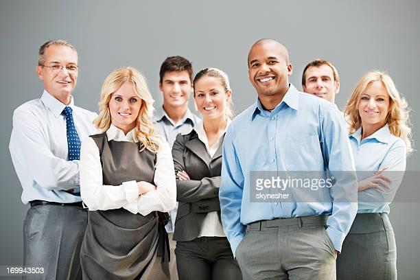 Ältere Erfolgreicher Geschäftsmann mit Kollegen im Büro