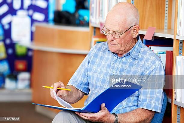 Professor maduro a trabalhar na biblioteca