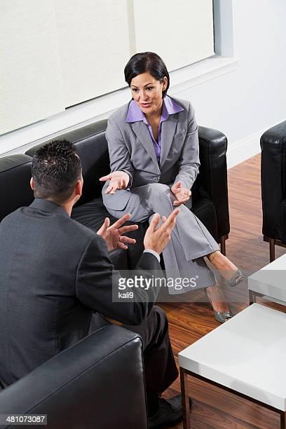 Mujer madura y hombre tener una reunión de negocios en la oficina