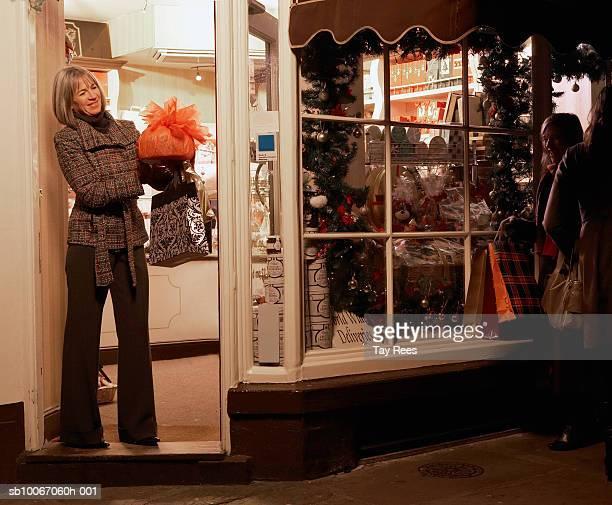 Ältere Frau Weihnachts-shopping, Lächeln