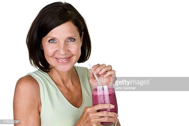 Ältere Frau trinkt einem Frucht-smoothie