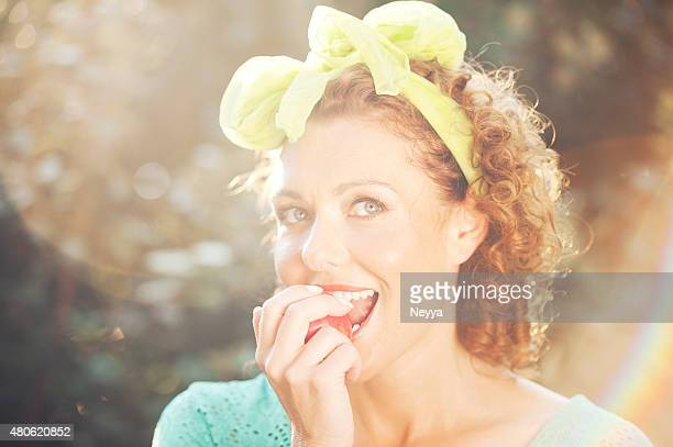 Donna matura mangiare Mela