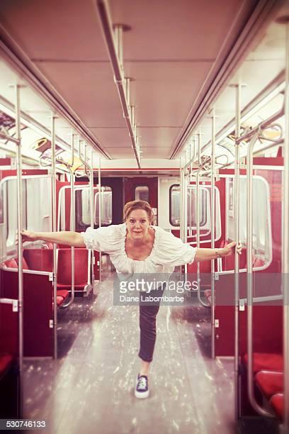 Femme Mature, à profiter de la vie de danse sur un vide métro