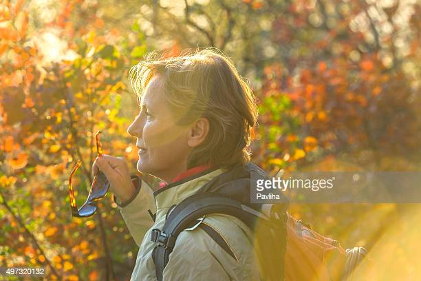 Reife Frau genießt Herbst Farben, Porträt, Slowenien, Europa