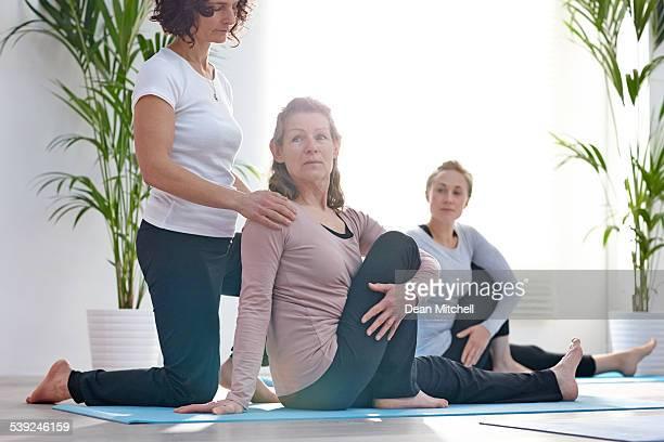 Mujer madura ejercicio en el club de salud