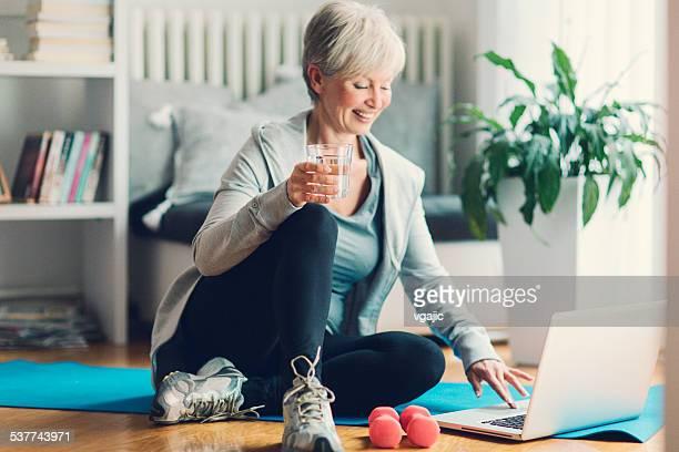 Ältere Frau Training wie zu Hause fühlen.