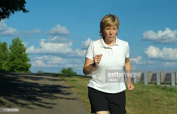 Donna matura esercitando