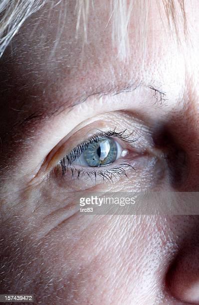 中年の女性の目のクローズアップ