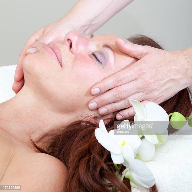 Femme Mature ayant un massage relaxant