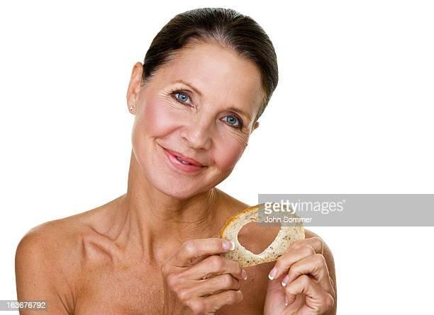Ältere Frau holding Brot