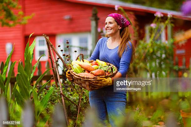 Femme d'âge mûr dans le jardin