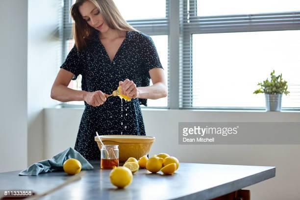 レモン ジュースを作る彼女の台所で熟女
