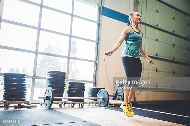 Reife Frau springen Seil im Fitnessstudio Ambiente