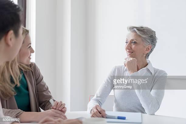 Reife Frau hören weiblichen Kollegen business-meeting