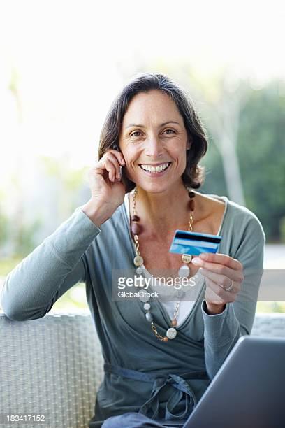 Mature Femme faisant des achats en ligne depuis chez vous