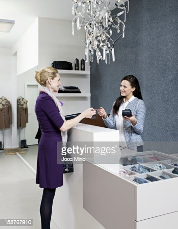 mature woman paying with credit card : Stockfoto