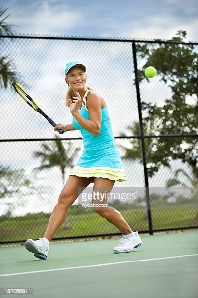 Mujer madura jugando al tenis