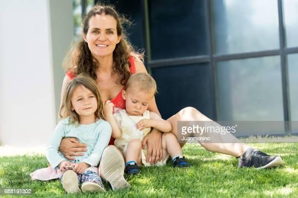 Reife Frau posiert mit ihren Kindern