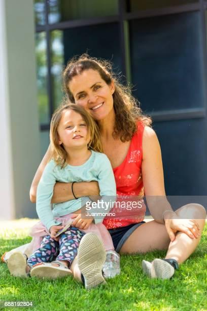 Reife Frau mit ihrer Tochter posiert