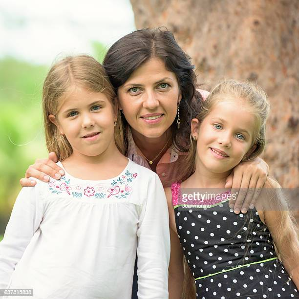 Donna matura in posa con le sue figlie