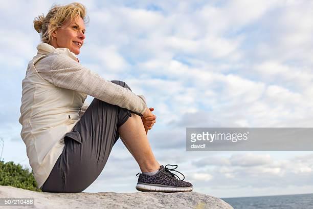 Reife Frau Entspannung nach Wanderungen durch den Sydney Strand Australien