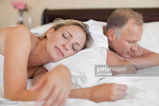 Reife Frau schlafen im Bett mit Mann