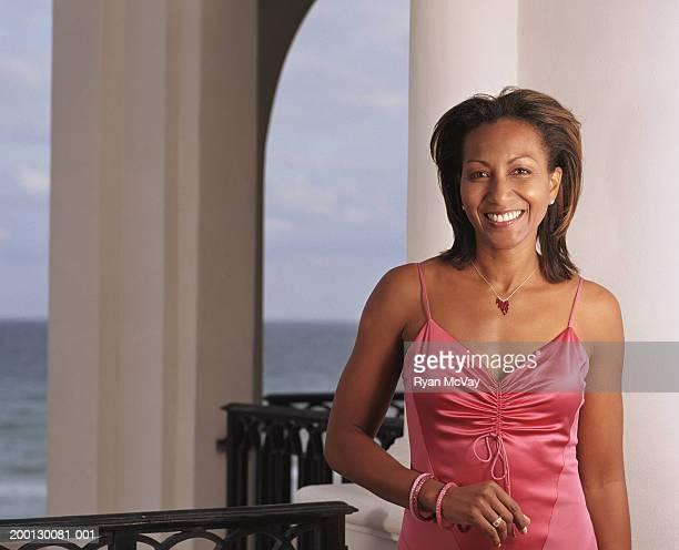 Reife Frau lächelnd auf veranda, Porträt