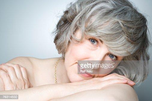 Mature woman smiling, portrait, close-up : Foto stock