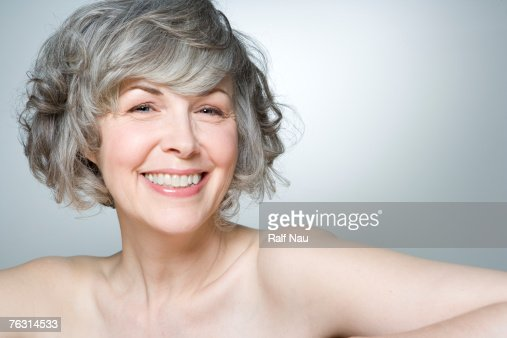 Mature woman smiling, portrait, close-up : Stock-Foto