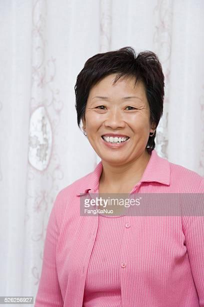 portrait de femme d'âge mûr souriant,