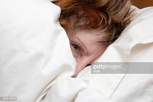 Mujer madura sitúa en la cama