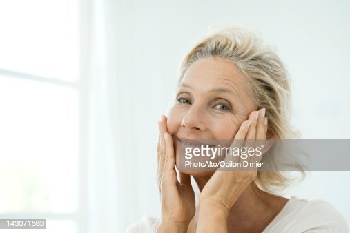 Touching mature woman esperando camion 3
