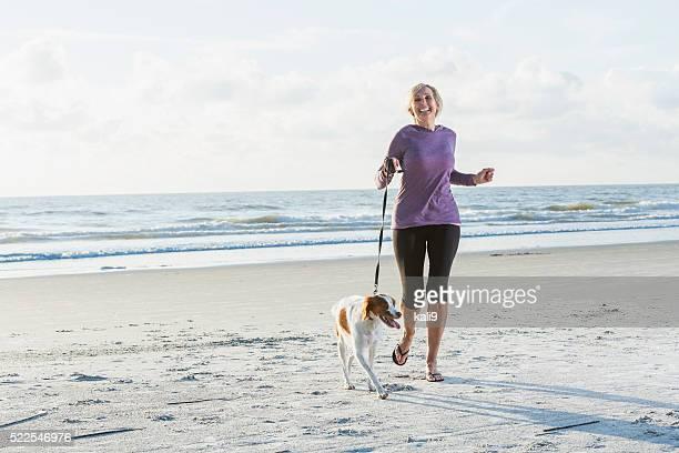 Mature femme marche Chien sur la plage