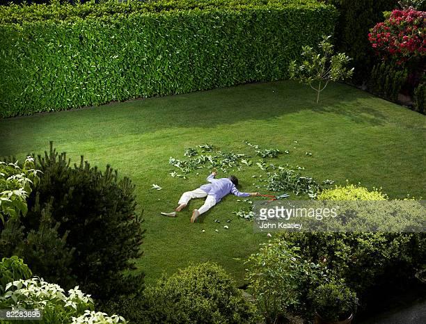 Femme d'âge mûr qui a baissé jardin