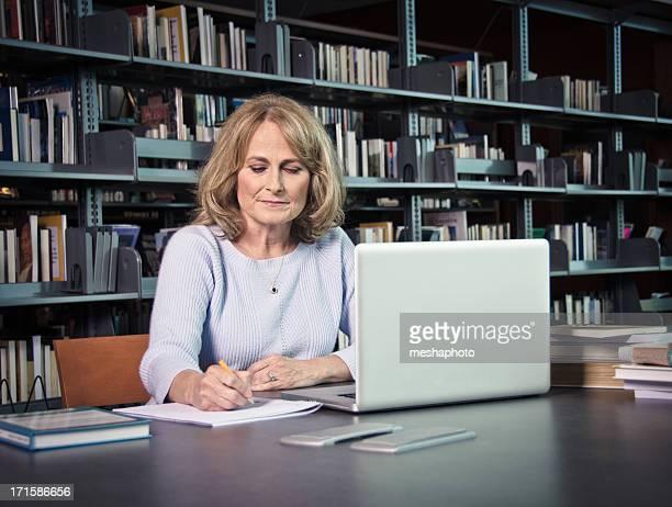 Reife Frau mit Laptop arbeiten auf etwas