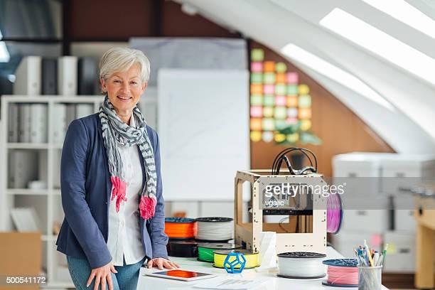 Mature femme travaillant par imprimantes 3D de Nouveau démarrage de bureau.