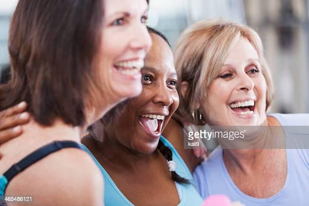 Des femmes d'âge mûr à la salle de sport