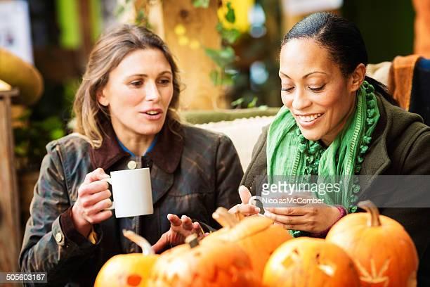 Des femmes d'âge mûr amis appréciant une discussion d'automne