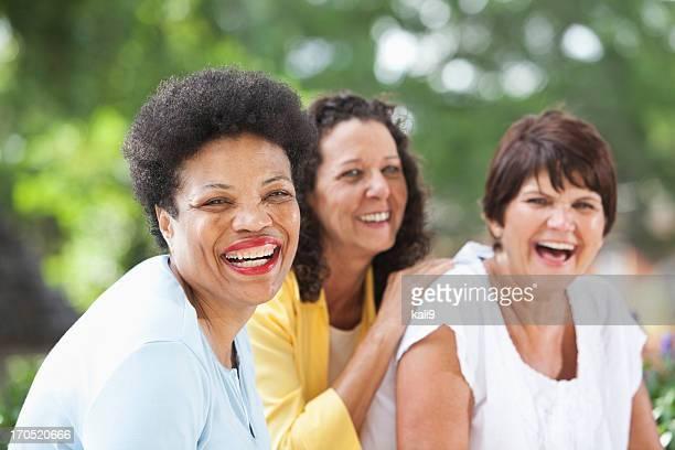 Gruppo donne mature foto e immagini stock getty images for Onorevoli donne