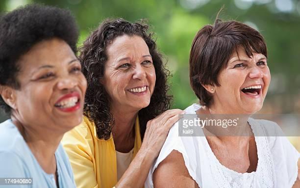Femmes d'âge mûr souriant