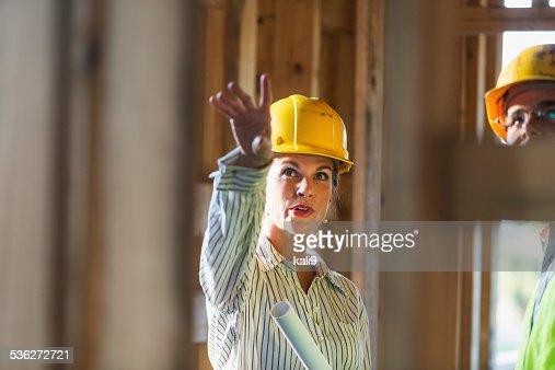 Mature Travailleurs parlant au chantier de construction