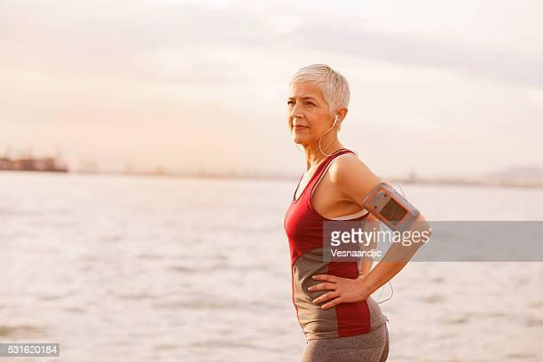 Mature Femme âgée de faire du jogging au bord de la mer
