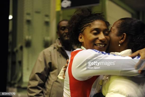 Maureen NISIMA et sa maman Epee Finale Epee Dames Championnats du Monde d Escrime 2010 Paris