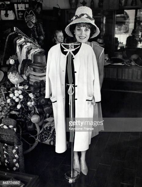Maureen O'Hara essayant un chapeau de paille dans une boutique à Gardone Italie le 7 mai 1964