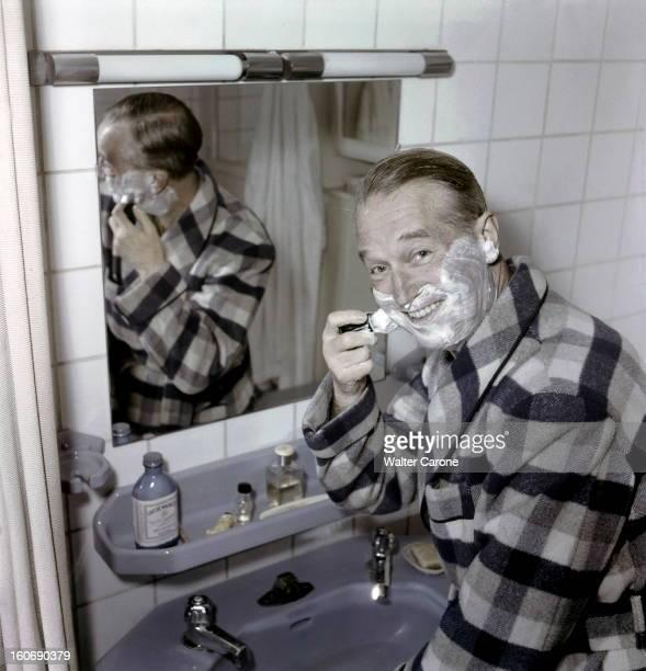 Maurice Chevalier 61 Years 50 Years Of Musichall Maurice CHEVALIER photographié pour la première fois en couleur dans l'intimité de la chambre à...
