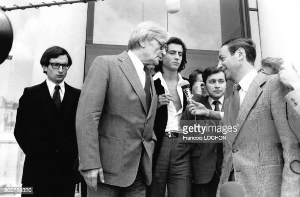 Maurice Clavel et BernardHenri Lévy interrogés par des journalistes lors d'un déjeuner d'écrivains à l'Elysée à Paris en France le 7 septembre 1978