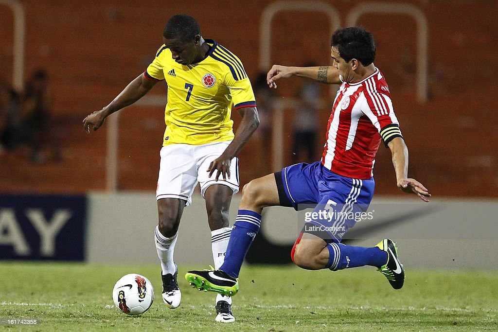 Mauricio Cuero (L) of Colombia struggles for the ball with Gustavo Gomez (R) of Paraguay during a match between Colombia and Paraguay as part of the 2013 South American Youth Championship at Malvinas Argentinas Stadium on February 03, 2013 in Mendoza, Argentina.