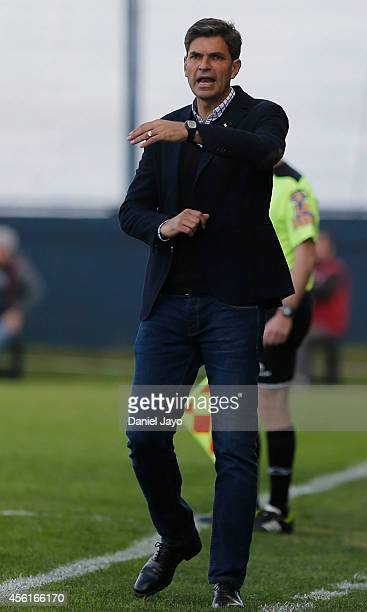 Mauricio Pellegrino coach of Estudiantes gives directions to his players during a match between Estudiantes and Velez Sarsfield as part of ninth...